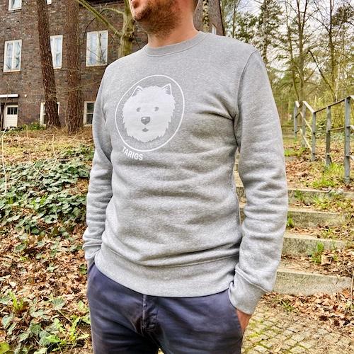 Mann trägt hellgraues Sweatshirt mit Westie Motiv
